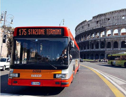 Roma, si stacca sportello del bus, passeggera contusa