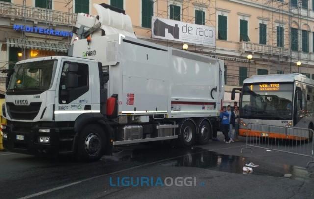 Aurelia bloccata a Pegli per la rottura di un camion, traffico ko