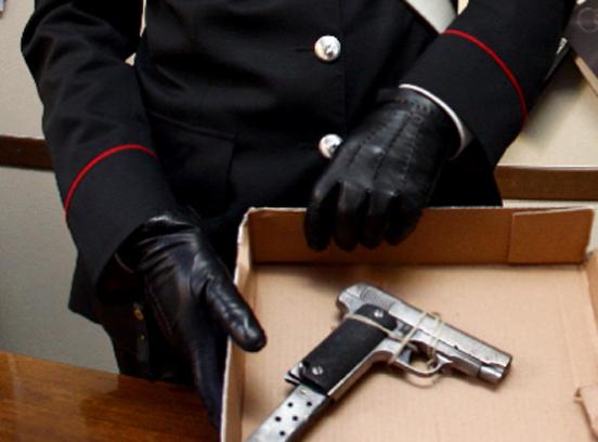 Busalla, punta la pistola alla tempia del vicino dopo una lite