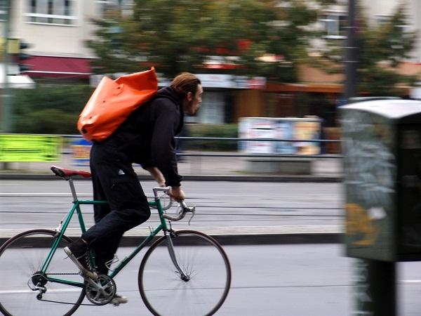Genova, ciclista investe donna in via Canevari e si dà alla fuga