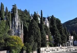Genova - Croci bianche nelle aiuole di Piccapietra per denunciare la crisi