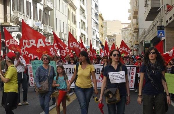 Genova, sciopero dei Cobas di fronte alla Prefettura in Via Roma