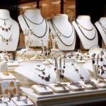 Bologna - Rapina da 100.000 € alla gioielleria Rocca: commesse minacciate e legate