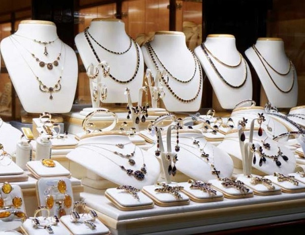 Bologna – Rapina da 100.000 € alla gioielleria Rocca: commesse minacciate e legate