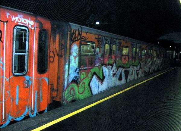 Pestato sulla banchina della metropolitana: grave 37enne