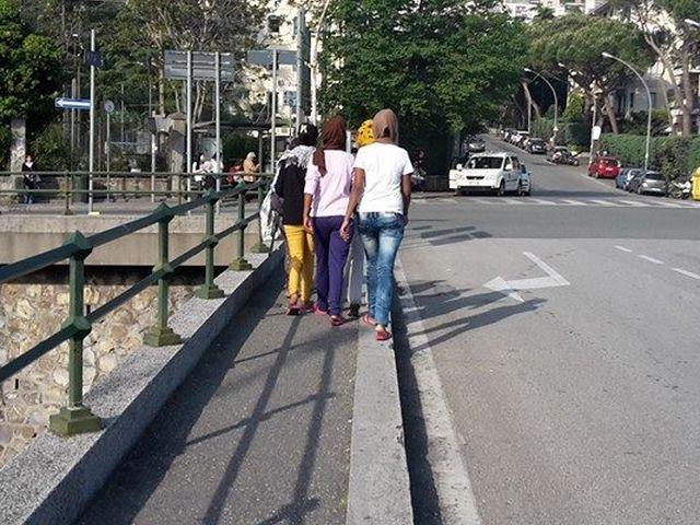 Migranti a Genova in fuga per Milano