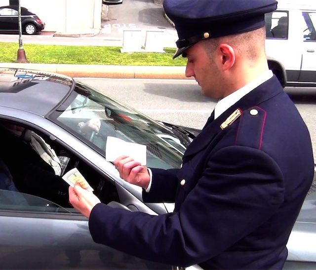 La Spezia – Ubriaco al volante tampona un'auto al semaforo