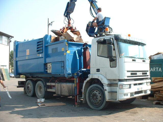 Genova – Ubriaco alla guida di camion rifiuti: denunciato