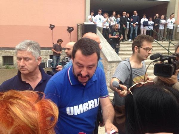"""Salvini centrato da sputo a Perugia chiede """"Più protezione"""""""
