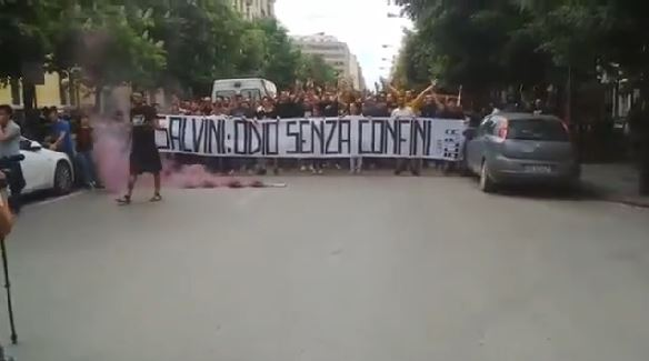Salvini a Foggia – Proteste e fumogeni: Polizia carica manifestanti