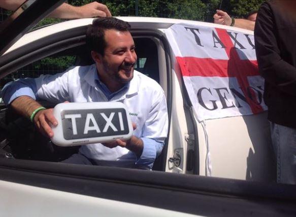 Salvini a Genova: scontri (fra fumogeni e petardi) tra antagonisti e Polizia