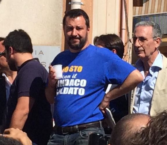 Salvini in Sicilia: uova e pomodori tra gli applausi
