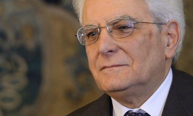 Mattarella dà l'esempio: taglio stipendi e pensioni al Quirinale