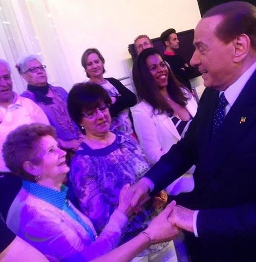 Silvio Berlusconi a Segrate: sbaglia festa e finisce a evento di sinistra