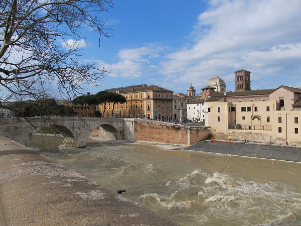 Roma – Clandestino salva donna nel Tevere: ora rischia espulsione