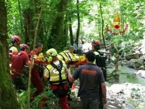 Operaio cade in un torrente