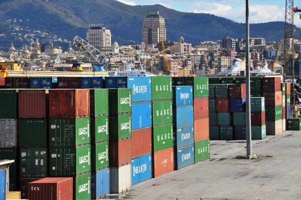 Genova, il forte vento scaraventa in mare 4 container