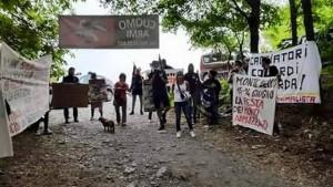 Animalisti occupano Festa della caccia a Sori