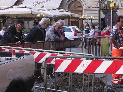 """Anziano guarda cantiere per mesi: eletto """"direttore ad honorem"""""""