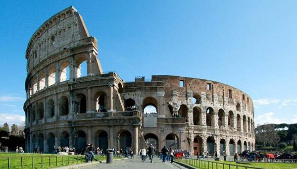 """Roma – Terrore ai Fori Imperiali: minaccia ragazza con coltello gridando """"Allah è grande"""""""