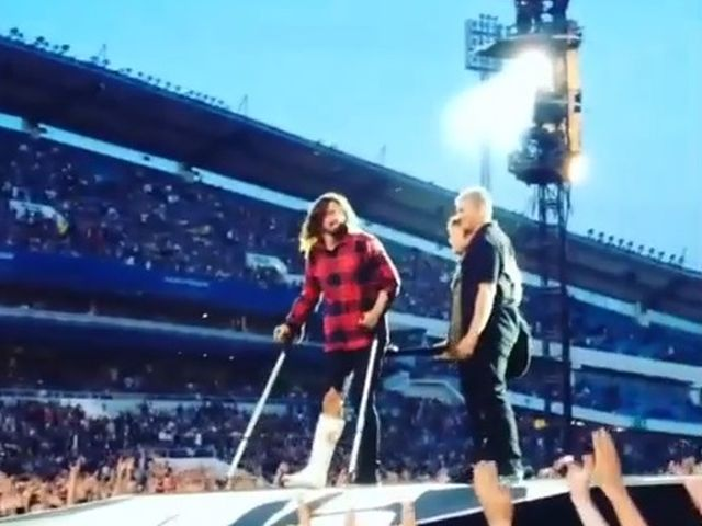 Foo Fighters, Dave Grohl cade dal palco e si rompe una gamba VIDEO