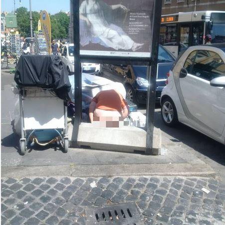 Roma – Spunta nuova foto shock: donna defeca in Piazza dell'Esquilino