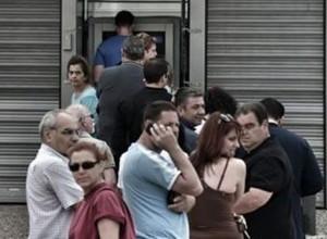 File ai bancomat in Grecia