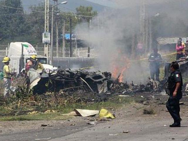 Messico – Aereo si schianta sull'autostrada, 5 morti