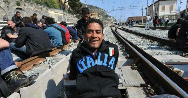 Migranti – Caos a Ventimiglia: Polizia carica profughi, Aurelia bloccata