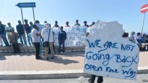"""Genova, presidio dei """"No Borders"""" alla stazione Principe"""