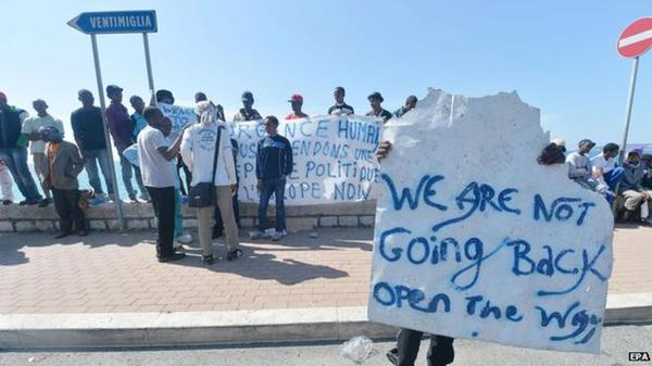"""Liguria – Migranti a Ventimiglia """"resistono"""" e chiedono carte geografiche"""