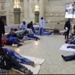migranti stazione centrale milano