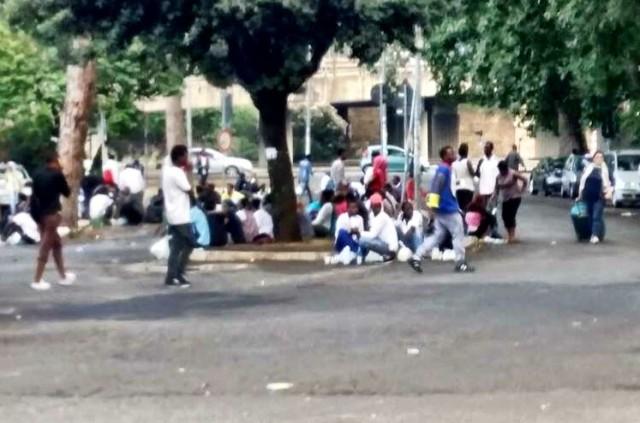 Roma – Maxi accampamento di migranti in Stazione Tiburtina, tra solidarietà e tensione