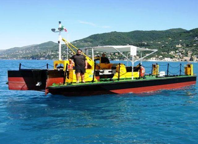 A Santa Margherita torna il battello per la pulizia del mare