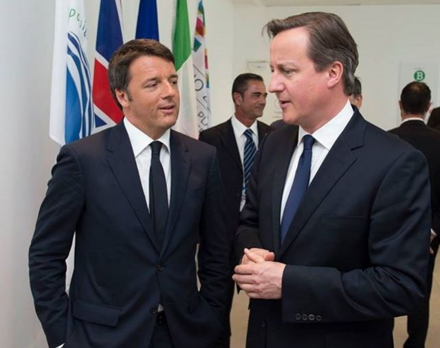 Renzi accoglie David Cameron all'Expo di Milano (e parla inglese) – VIDEO