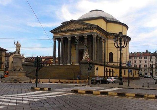 Torino – Voragine in piazza Gran Madre, traffico in tilt