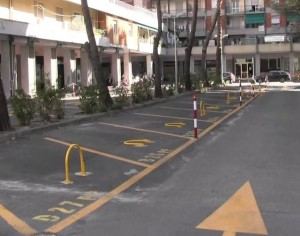 Nella foto, alcuni posti auto in via Gherzi