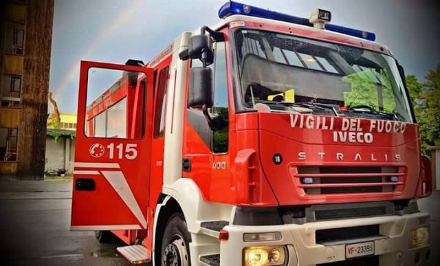 Incendio in un bar a Ostia, evacuati appartamenti