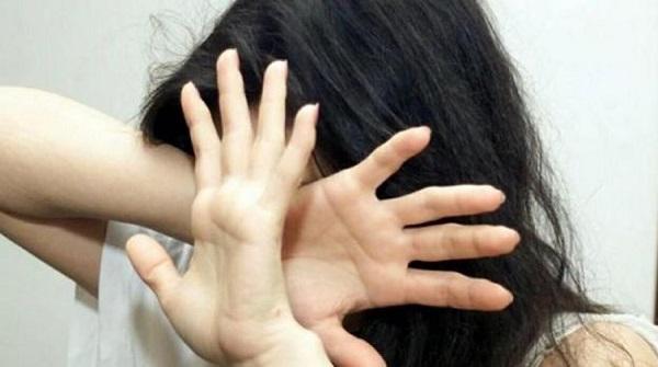 Calci e pugni alla fidanzata dopo una violenta lite al bar: arrestato