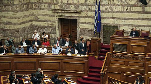 """Grecia, il Parlamento dice sì al piano """"lacrime e sangue"""""""