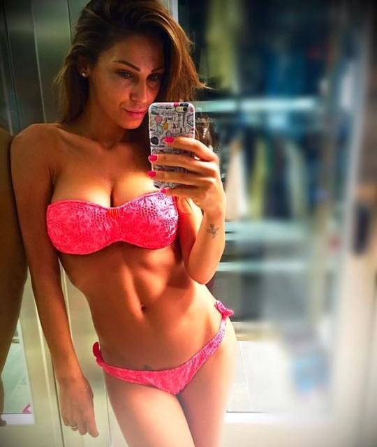 Anna Tatangelo super sexy in bikini scatena il Gossip
