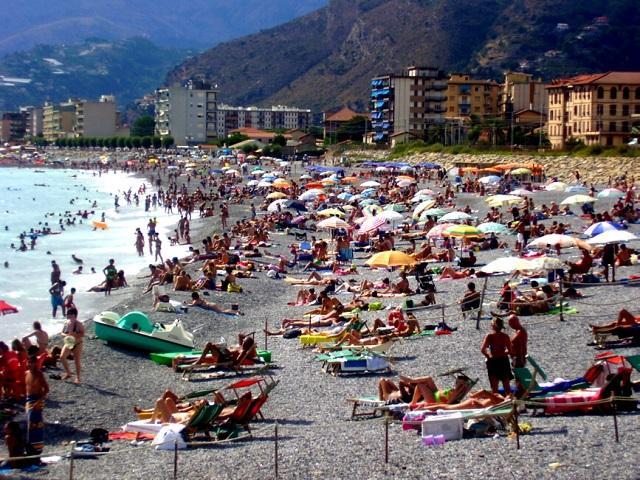 Loano, malore in spiaggia: ancora grave donna al Santa Corona