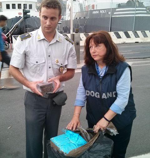 Trasportava hashish nascosto in un camion carico di aglio, arrestato