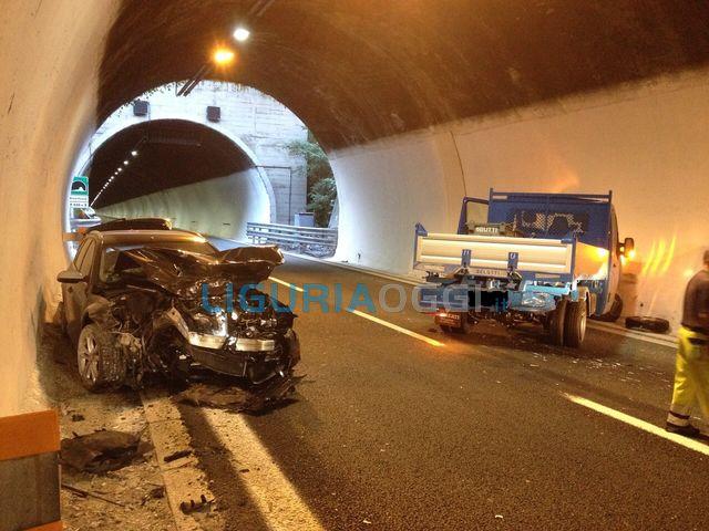 Ubriaco volante provoca incidente stradale sulla A10, indagato finlandese