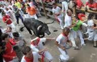 Corsa dei tori a Pamplona. Primi feriti - VIDEO