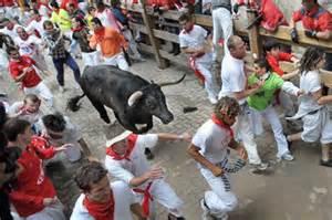 Corsa dei tori a Pamplona. Primi feriti – VIDEO