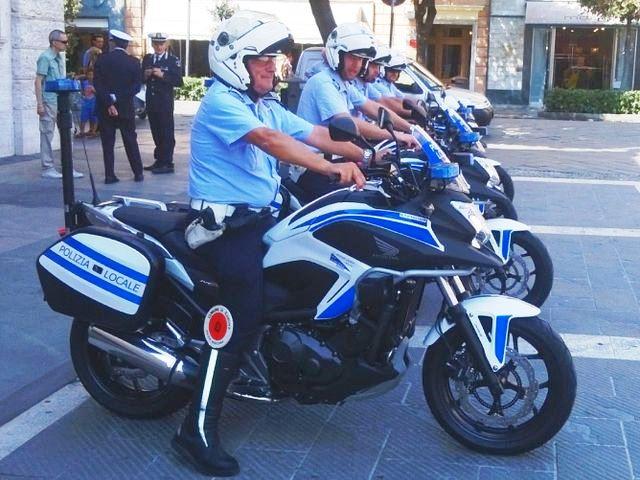 Genova, motociclista della Municipale trova borsa con 6mila euro e la restituisce alla proprietaria