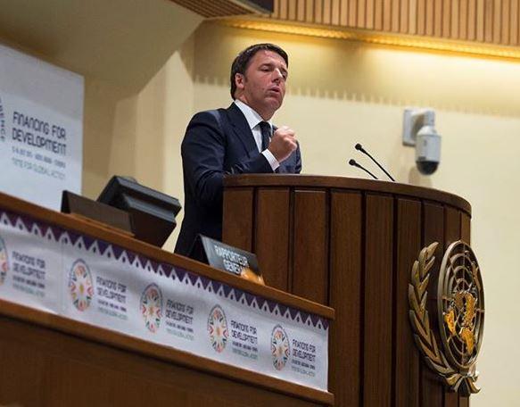 Renzi fa patto con italiani per meno tasse entro 2018: critiche e ironia sul web