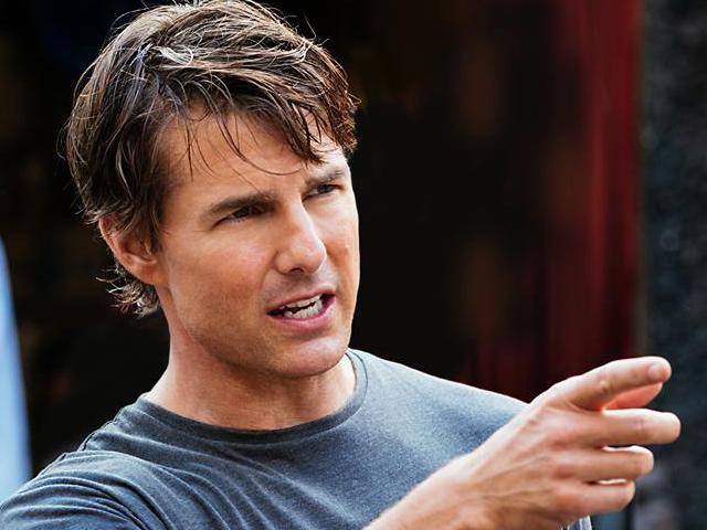 Mission: Impossible 6, Tom Cruise in moto senza casco per le vie di Parigi