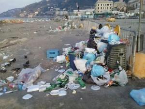 Spiagge ingombre si spazzatura a Voltri